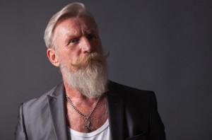 Mann mit weißen Haaren und Bart zeigt aktuelle Trends