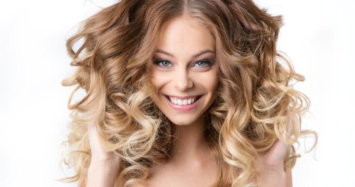 Porträt einer Dame mit kräftigem und gesundem Haar.